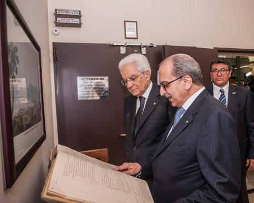 Il presidente della Repubblica, Sergio Mattarella, visita l'archivio storico insieme a Giovanni Puglisi, presidente della Fondazione Chiazzese - ph. Studio Pucci Scafidi